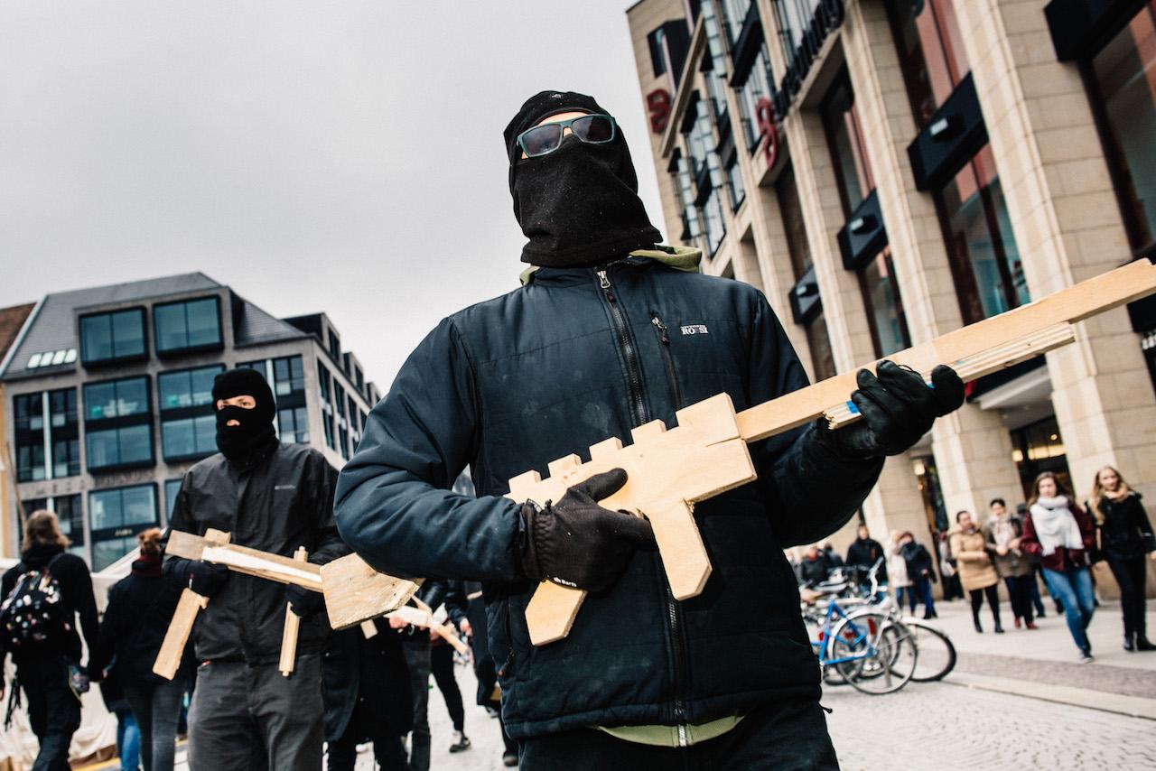 Mailand / Innenhof Weapons for Erdogan